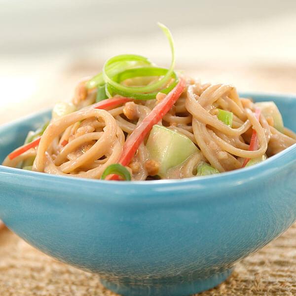 SKIPPY<sup>®</sup> Oriental Peanut Noodle and Vegetable Salad / SKIPPY<sup>®</sup> Orientaliska Jördnötsnudlar och Grönsakssallad