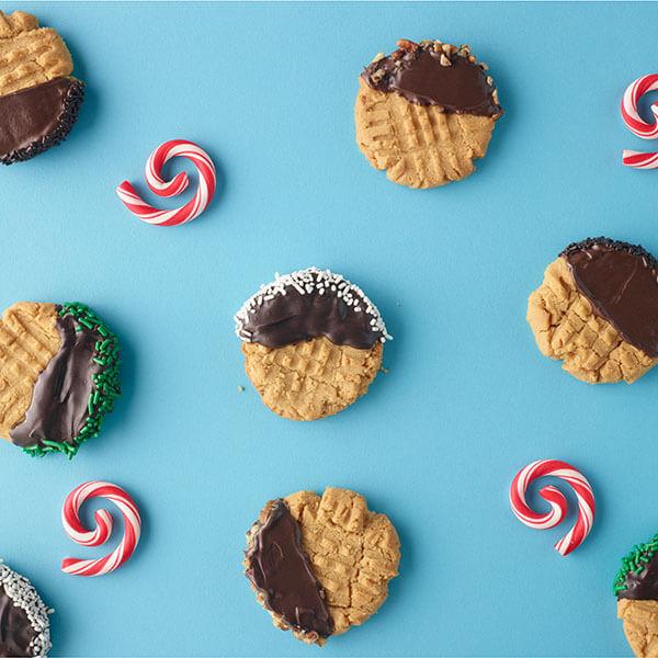 SKIPPY<sup>®</sup> Chocolate-Dipped Peanut Butter Cookies / SKIPPY<sup>®</sup> Chokladdoppade Jordnötssmörskakor
