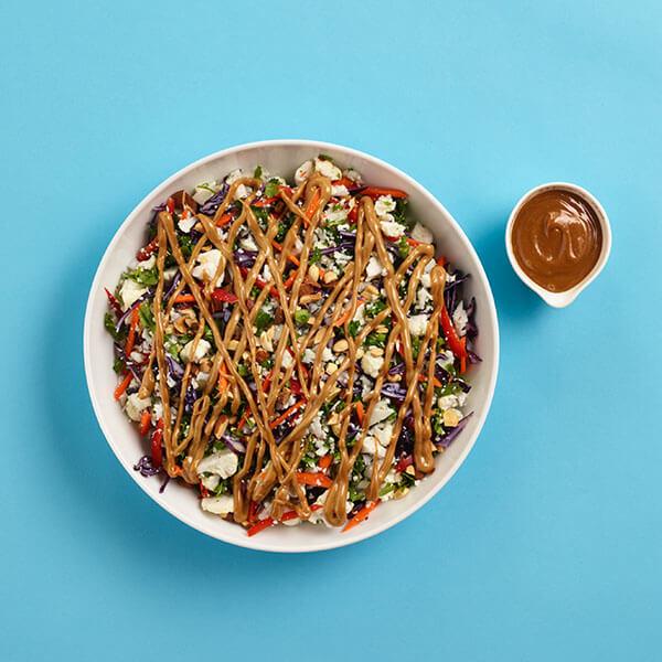 SKIPPY<sup>®</sup> Chopped Cauliflower Rice Salad with Peanut Dressing / SKIPPY<sup>®</sup> Hackad Blomkål och Rissallad med Jordnötssmörsdressing